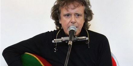 ** FILE ** In this Oct. 3, 2005 file photo, folk singer Donovan performs during a live acoustic gig in central London. (AP Photo/Jane Mingay,file)