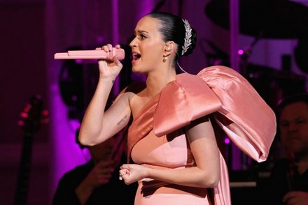 6740599_katy-perry-performs-roar-dark-horse_b4bf16bc_m